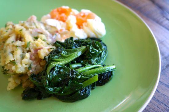 Huevos escalfados con espinacas y pure rustico