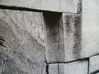 Detalle de la inscripción de Agustín Lizárraga, que Hiram Bigham encontró en 1911.
