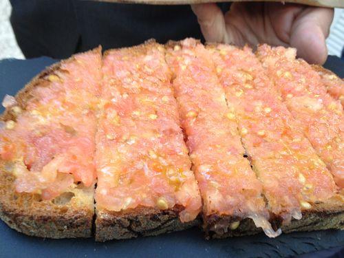 Pan con tomate, en La Terraza. Se acompaña de jamón cortado a cuchillo o de tablas de embutidos
