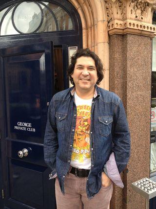 Gastón Acurio en la puerta del Club George