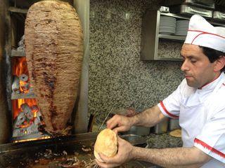 Döner Kebab del bueno. Los cilindros de carne se hacen al calor de brasas de carbón, visibles en la fotografía y no llamas de gas, como suele ser habitual en casi todos los lados, incluida la propia Turquía