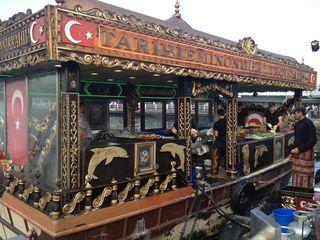 Uno de los barcos restaurantes atracados junto al muelle de Gálata. Muy historiados, parecen salidos de un escenario de Disney World