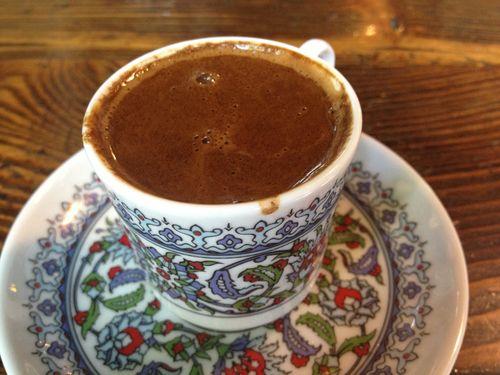 Taza de café turco en El Café de Pierre Loti. Espeso, achocolatado y con partículas en suspensión