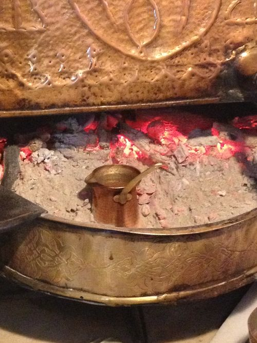 Hornito alimentado por carbón donde las cafeteras hierven tres veces