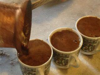 Tazas llenas tras el tercer golpe de calor, el cafe turco está terminado