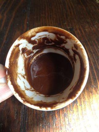 Posos que deja al final de la taza el café turco. En Turquía hay grandes especialistas en leer el porvenir en función de los dibujos que forman los residuos