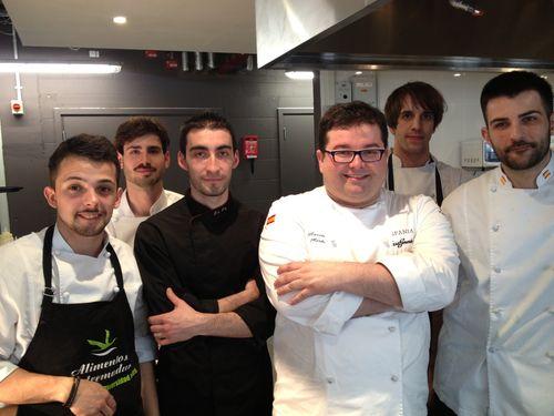 Marcos Morán con su brigada de cocina en el Hispania London