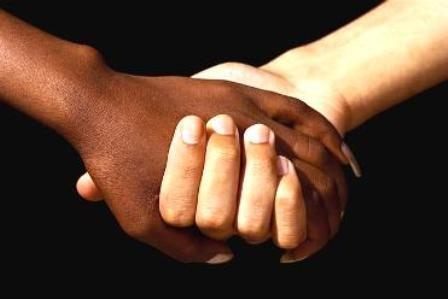 Manos negras y blancas
