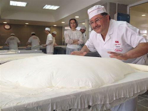 Al extender las mantas finísimas de masa yufka sobre la mesa toman aire y se inflan antes de irlo perdiendo poco a poco.