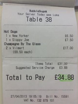 Factura por el coste de dos perritos y dos copas de champagne, 34 libras, unos 44 euros aproximadamente