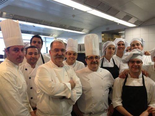Pedro Subijana y Félix Echave, jefe de cocina, junto con su equipo en las cocinas de Akelarre