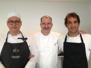 Pedro Subijana con sus ayudantes en el Aula de formación. A la derecha Borja García Argüelles, a la izquierda un becario peruano de conocimientos avanzados, César Zamora