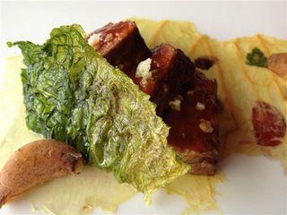Buey glaseado, pimiento rojo, deinte de ajo y col transparente