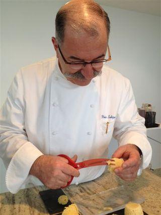 Pedro Subijana recorta con unas tijeras las esponjas de erizos para darles forma