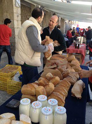 El segundo domingo de cada mes Alfredo Burgos se acerca a vender su producción al pueblo de Hoyo de Manzanares (Madrid) donde se celebra una feria de alimentos ecológicos. Panes, yogures y quesos