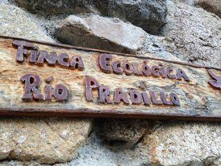 Cartel situado en la fachada de la casona de Río Pradillo