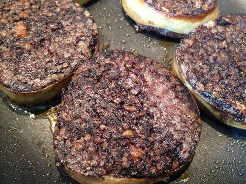 Morcillas de arroz embutidas en el intestino ciego del cerdo. Gruesas, hervidas en calderas durante 4 horas a 95º C.