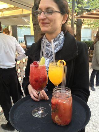 Cócteles, zumos y combinados que se sirven en La Terraza. Entre ellos la inevitable sangría, de enorme éxito