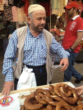 Vendedor de panes, en el trayecto entre el Gran Bazar y el Bazar de las especias
