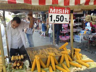 Puesto de venta de mazorcas de maíz, hervidas y asadas. 0,70 céntimos de euro la pieza