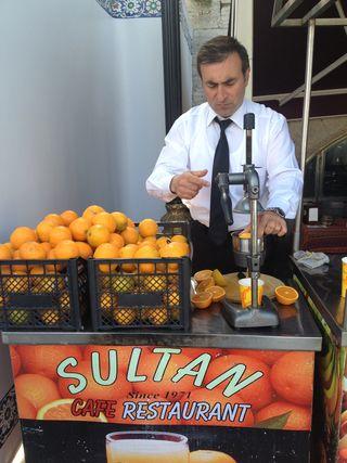 Los exprimidores de zumos se reparten por toda la ciudad. Zumos de naranja y de granada, principalmente
