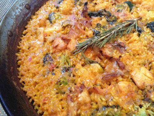 Paella de pollo, conejo y verduras