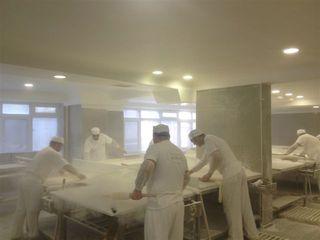 Obrador de la pastelería en Estambul. Un quirófano con polvo de harina
