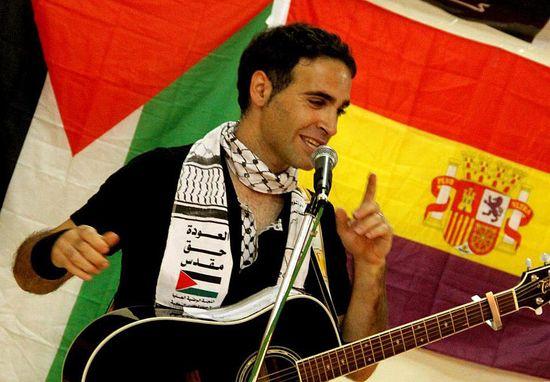 El cantautor palestino-catalán Navil, durante un concierto en Gaza