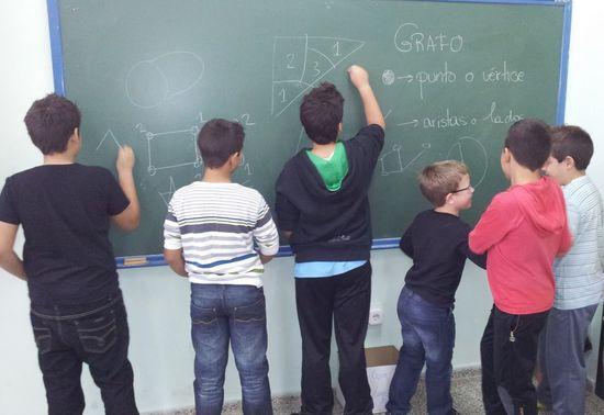 Alumnos de 5º de Primaria tras una clase de Teoría de Grafos, ¡a la hora del recreo!