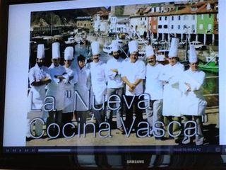 En la TV que preside el Aula de cocina, Subijana proyecta imágenes. La que se ve corresponde al acto fundacional de la Nueva Cocina Vasca, año 1977. Luis Irizar, Subijana, Arzak, Ramón Roteta, Arguiñano, Tatus Fombellida...