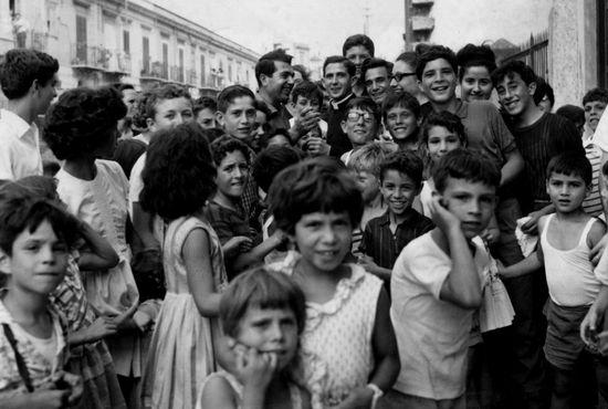 Padre Pino entre los niños de la calle