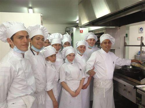 Aprendices del Centro Nacional de Hotelería Turismo y Alimentos de Bogota, junto con el monitor