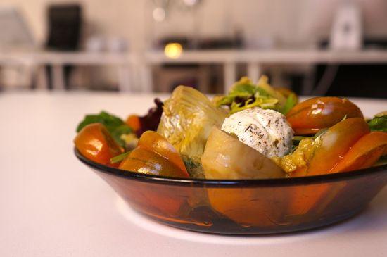 Ensalada de alcachofas tomate labneh