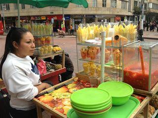 Puestos de venta de frutas frescas deliciosas. Algo habitual en las calles de Bogotá