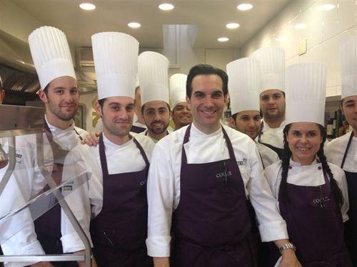Mario Sandoval y su brigada en las cocinas del restaurante Coque