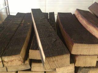 Duelas de barricas de vino tinto, una de las maderas utilizadas por los Sandoval para aromatizar sus asados