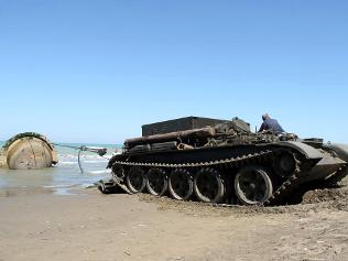 009681-albania-beach-bunkers tanque