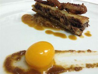 Sandwich de miga, típicamente argentino,relleno de rabo guisado. Encima unos tentáculos de pulpo que no aportaban nada. Delante una sferificación de mango