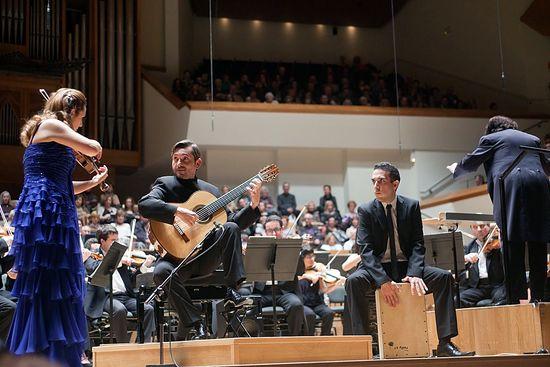 Anabel García del Castillo, José María Gallardo del Rey, Roberto Vozmediano y Enrique García Asensio, a la batuta, con la Orquesta de Valencia, interpretan Glosas en el Palau de la Música de Valencia, el pasado 18 de enero.