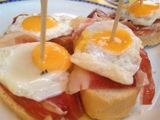 Jamón con huevos de codorniz
