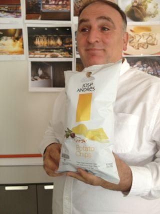 El famoso cocinero español, José Andrés, fotografiado en sus oficinas en Washington con una bolsa de patatas San Nicasio con diseño especial para el mercado de Estados Unidos