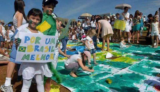 Niños ante el Congreso en Brasilia