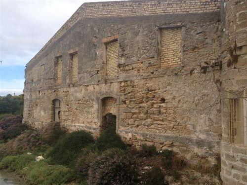 Fachada exteriror del molino de mareas construido en 1598, al borde las marismas