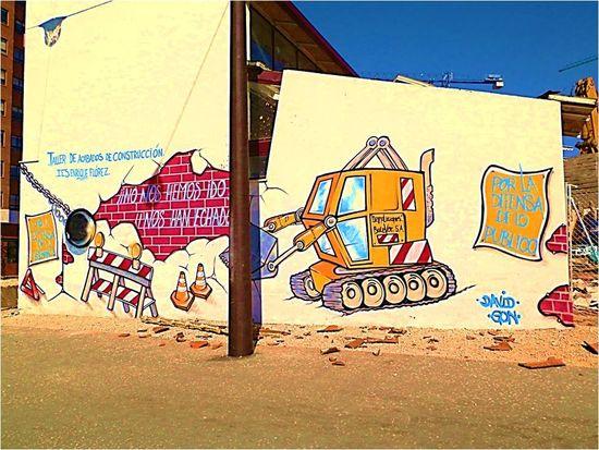 Grafiti reivincativo realizado por estudiantes del Ciclo Formativo de 'Acabados de construcción' del IES 'Enrique Flórez' ante la decisión del Ayuntamiento de derribar la nave donde realizaban sus prácticas.