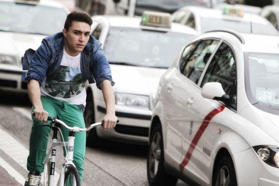 Joven en bicicleta en Madrid. Cristobal Manuel.