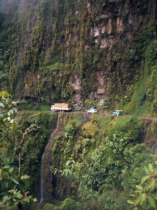 Vehículos circulando por esta estrecha carretera que une La Paz con la región boliviana de las Yungas.