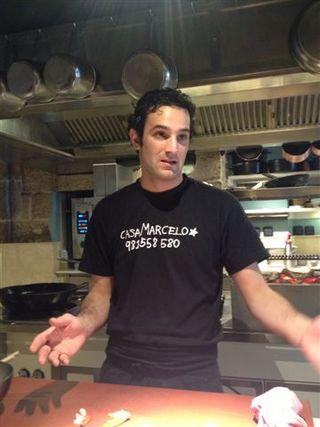 Carlos Pérez, cocinero, detrás de la barra de Casa Marcelo