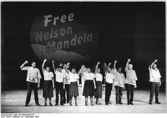 Bundesarchiv_Bild_183-1986-0920-016,_Berlin,_Weltgewerkschaftskongress,_Probe_des_Festprogramms