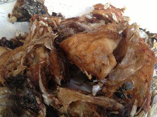 Cabezas y agallas de los pescados fritas. Bocados churruscantes ideales para comer con las manos