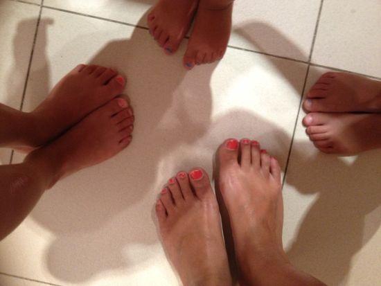 Mis pies y los de mis niños, con lo que nos queda de pintura.